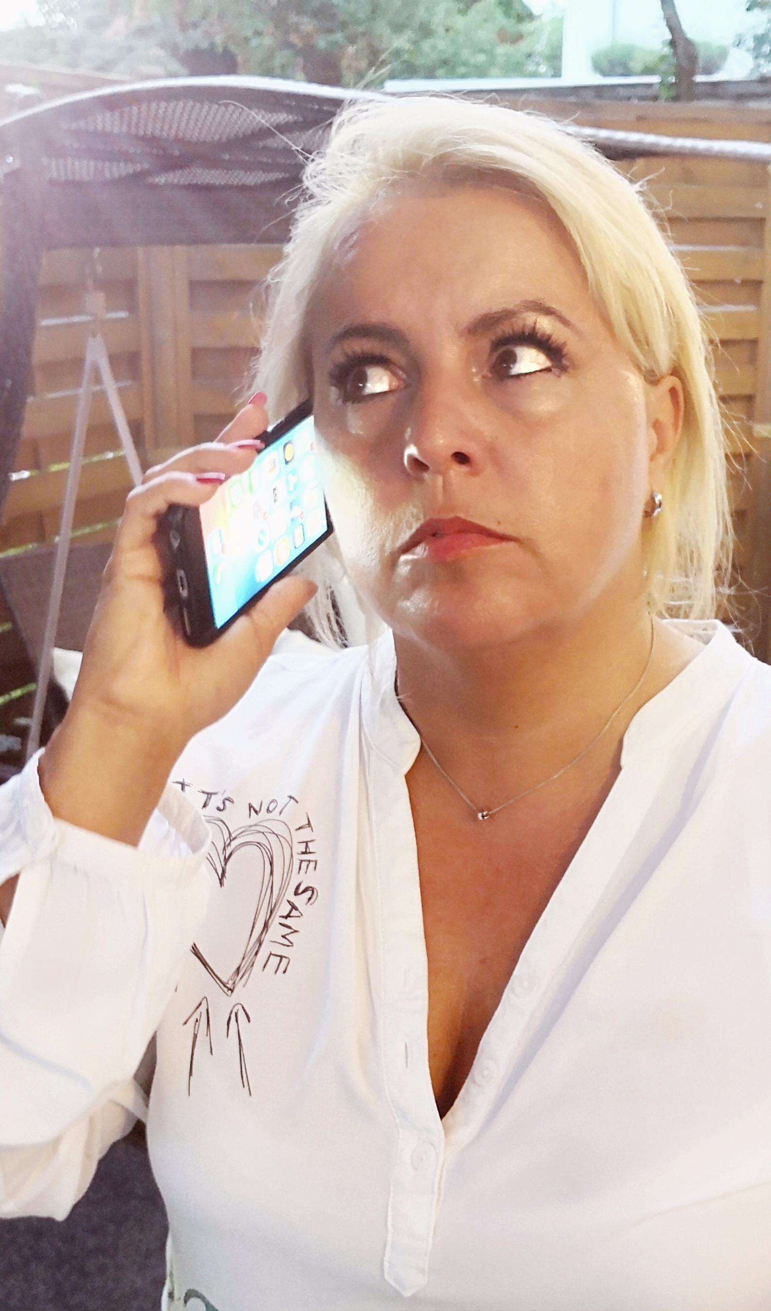 Claudia Conen am Telefon